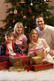 Regali di Natale di apertura della famiglia Fotografie Stock