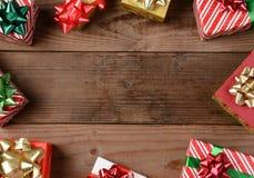 Regali di Natale di legno rustici del pavimento Fotografia Stock