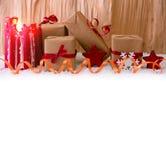Regali di Natale e candela rossa di arrivo Fotografia Stock