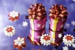 Regali di Natale e fiocchi di neve rossi e bianchi Immagini Stock