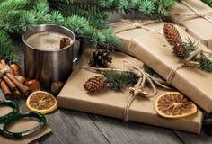 Regali di Natale e tazza di caffè sulla tavola di legno Fotografia Stock Libera da Diritti