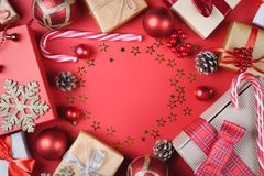 Regali di Natale ed accessori su rosso fotografie stock libere da diritti