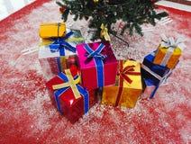 Regali di Natale ed alberi o nuovo anno fotografia stock libera da diritti
