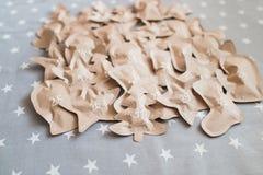Regali di Natale elaborati avvolti in sacchi di carta 31 dicembre Fotografie Stock