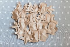 Regali di Natale elaborati avvolti in sacchi di carta 25 dicembre Immagine Stock
