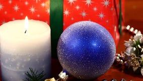 Regali di Natale, giocattoli della decorazione con la candela video d archivio