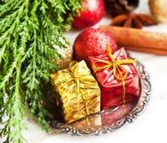 Regali di Natale, globi di scintillio e decorazione rossi e dorati Immagine Stock Libera da Diritti