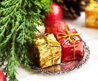 Regali di Natale, globi di scintillio e decorazione rossi e dorati Immagini Stock Libere da Diritti