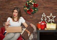 Regali di Natale graziosi di apertura della donna Fotografia Stock