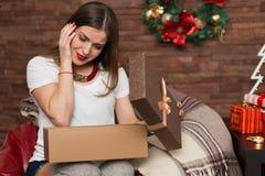 Regali di Natale graziosi di apertura della donna Immagine Stock