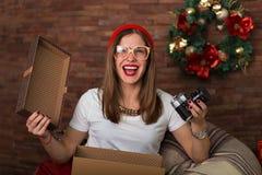 Regali di Natale graziosi di apertura della donna dei pantaloni a vita bassa Immagini Stock