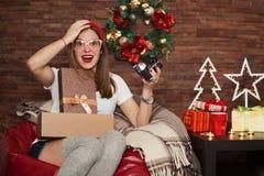 Regali di Natale graziosi di apertura della donna dei pantaloni a vita bassa Fotografia Stock Libera da Diritti