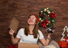 Regali di Natale graziosi di apertura della donna dei pantaloni a vita bassa Fotografia Stock