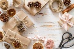 Regali di Natale in involucro rustico Immagine Stock Libera da Diritti