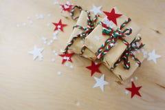 Regali di Natale in Kraft ad ingrassare un fondo di legno fotografia stock libera da diritti