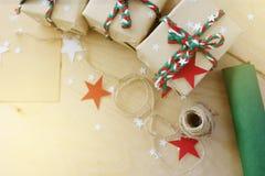 Regali di Natale in Kraft ad ingrassare un fondo di legno fotografia stock