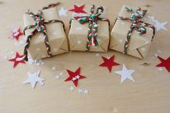Regali di Natale in Kraft ad ingrassare un fondo di legno fotografie stock