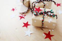 Regali di Natale in Kraft ad ingrassare un fondo di legno immagine stock