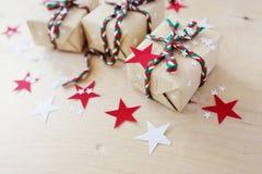 Regali di Natale in Kraft ad ingrassare un fondo di legno immagini stock