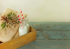 Regali di Natale, latte nelle bottiglie Fotografia Stock