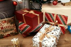 Regali di Natale di lusso in carta da imballaggio moderna oro alla moda Fotografia Stock