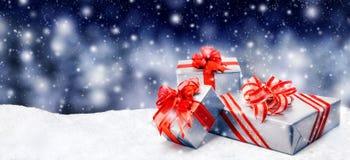 Regali di Natale in neve Fotografia Stock Libera da Diritti