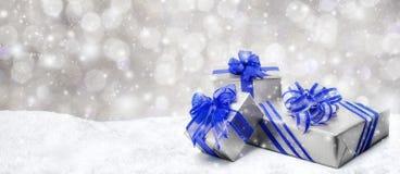 Regali di Natale in neve Fotografie Stock Libere da Diritti