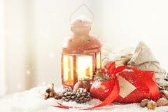 Regali di Natale o regali con la decorazione elegante di natale e dell'arco Fotografie Stock Libere da Diritti