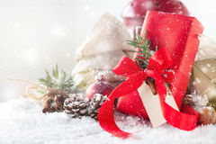 Regali di Natale o regali con la decorazione elegante di natale e dell'arco Fotografia Stock Libera da Diritti