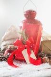 Regali di Natale o regali con la decorazione elegante di natale e dell'arco Immagini Stock Libere da Diritti