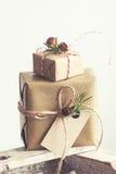 Regali di Natale o regali con la decorazione elegante di natale e dell'arco Fotografia Stock