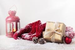 Regali di Natale o regali con le decorazioni eleganti di natale e dell'arco su fondo nevoso luminoso Fotografia Stock Libera da Diritti