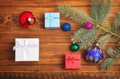 Regali di Natale, ramo dell'abete e giocattoli di natale Immagine Stock