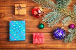 Regali di Natale, ramo dell'abete e giocattoli di natale Fotografia Stock