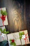 Regali di Natale in scatole su un fondo di legno con lo spazio della copia Fotografia Stock