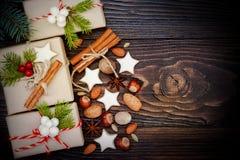 Regali di Natale in scatole su un fondo di legno con lo spazio della copia Immagini Stock