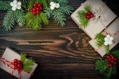 Regali di Natale in scatole su un fondo di legno con lo spazio della copia Immagini Stock Libere da Diritti