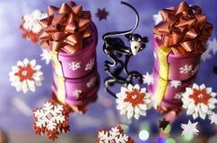 Regali di Natale, scimmia e fiocchi di neve rossi e bianchi Immagine Stock Libera da Diritti
