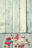 Regali di Natale, sorba, dadi, diffusione sui bordi bianchi dipinti Fotografia Stock Libera da Diritti