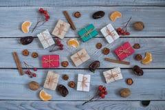 Regali di Natale, sorba, dadi, diffusione sui bordi bianchi dipinti Fotografia Stock