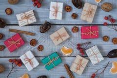 Regali di Natale, sorba, dadi, diffusione sui bordi bianchi dipinti Immagini Stock