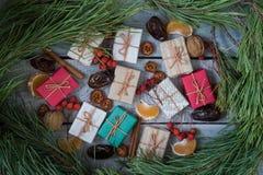 Regali di Natale, sorba, dadi, diffusione sui bordi bianchi dipinti Fotografie Stock Libere da Diritti