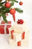Regali di Natale sotto l'albero di abete fotografie stock libere da diritti