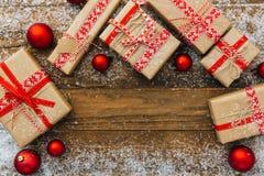 Regali di Natale su fondo bianco di legno Immagini Stock