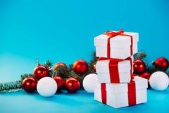 Regali di Natale su fondo blu Immagini Stock