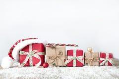 Regali di Natale su fondo di legno Fotografia Stock