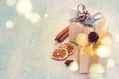 Regali di Natale su un fondo blu, tinto Immagine Stock Libera da Diritti