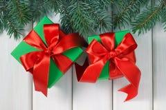 Regali di Natale su una tavola di legno immagini stock libere da diritti
