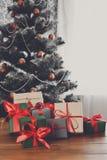 Regali di Natale sul fondo decorato dell'albero, concetto di festa Fotografie Stock Libere da Diritti