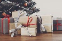 Regali di Natale sul fondo decorato dell'albero, concetto di festa Fotografia Stock